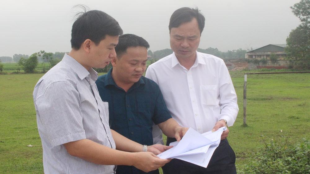 Lãnh đạo Ban Quản lý dự án đầu tư xây dựng các công trình giao thông, nông nghiệp tỉnh cùng đại diện huyện Việt Yên, đơn vị cắm cọc GPMB rà soát lại các vị trí trước khi bàn giao.