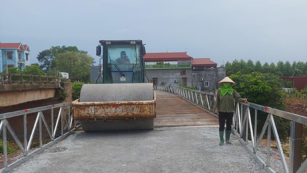Công nhân thi công xây dựng cầu Cao, xã Tam Dị thuộc dự án cải tạo, nâng cấp đường huyện tuyến Tam Dị - Đông Phú - Đông Hưng (Lục Nam) thực hiện đeo khẩu trang, giữ khoảng cách an toàn.