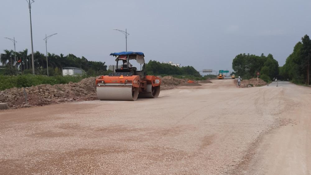 Công trường nâng cấp, mở rộng đường gom bên phải tuyến cao tốc Hà Nội - Bắc Giang đoạn từ cầu vượt QL 37 đến cầu vượt QL 17 hạn chế tối đa số người có mặt.